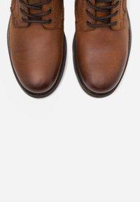 Jack & Jones - JFWANGUS - Lace-up ankle boots - cognac - 4