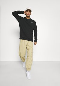 adidas Originals - ESSENTIAL CREW - Sudadera - black - 1