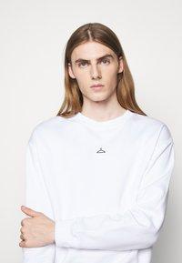 Holzweiler - HANGER CREW UNISEX - Sweatshirt - white - 4