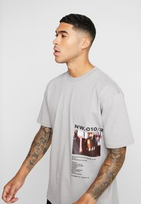 Topman - DISTORTED PHOTOGRAPHIC TEE - T-shirt con stampa - grey - 3