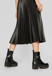 Stradivarius - PLISSIERTER ROCK - A-line skirt - black - 4