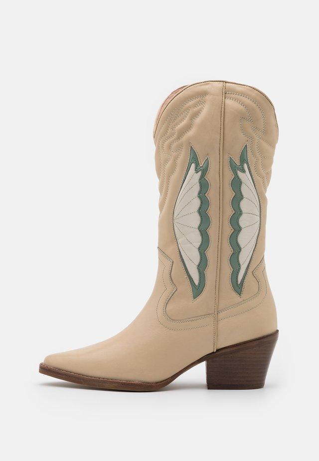 JUKESON - Kowbojki i obuwie motocyklowe - camel/sage green