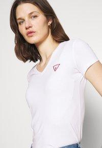 Guess - MINI TRIANGLE - T-shirts med print - true white - 3