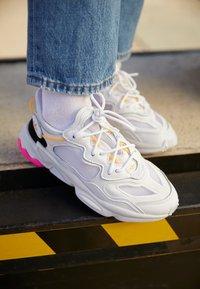 adidas Originals - OZWEEGO LITE - Trainers - footwear white/hazy orange - 2