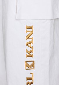 Karl Kani - RETRO BAGGY PANTS - Trousers - white - 3