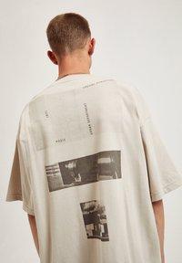 PULL&BEAR - Print T-shirt - mottled beige - 5