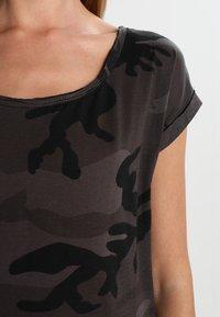 Urban Classics - CAMO  - Print T-shirt - dark green - 3
