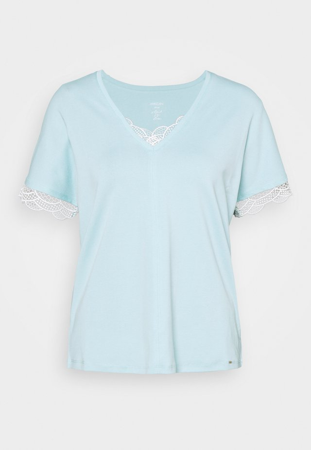 Camiseta básica - celeste