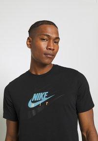 Nike Sportswear - TEE MULTIBRAND - T-shirt med print - black - 4