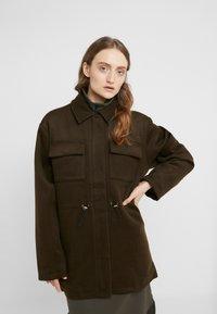 Han Kjøbenhavn - DESK JACKET - Short coat - army - 0