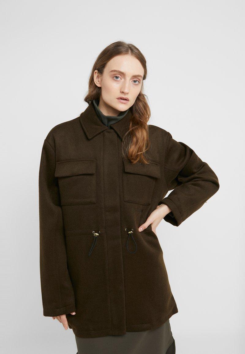 Han Kjøbenhavn - DESK JACKET - Short coat - army