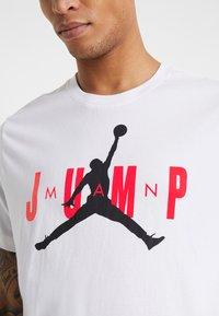 Jordan - M J CTN SS JUMP CREW - Print T-shirt - white - 4