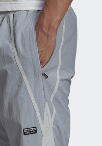 adidas Originals - R.Y.V. V-LINE WOVEN TRACKSUIT BOTTOMS - Träningsbyxor - grey - 3