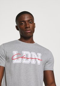 CLOSURE London - COLLEGE TEE - T-shirt z nadrukiem - grey - 4