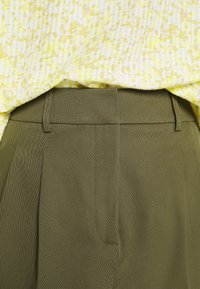 NAF NAF - COMODO - Shorts - vert kaki - 7