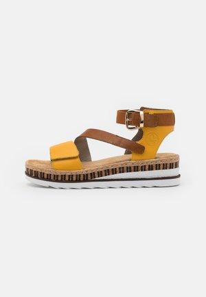 Sandalen met plateauzool - gelb