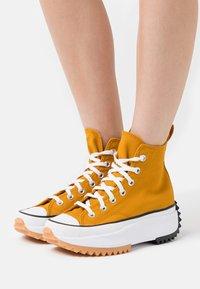 Converse - RUN STAR HIKE - Zapatillas altas - saffron yellow/white/black - 0