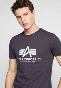 Alpha Industries - Print T-shirt - iron grey - 4