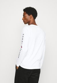 Tommy Hilfiger - LOGO LONG SLEEVE TEE - T-shirt à manches longues - white - 2