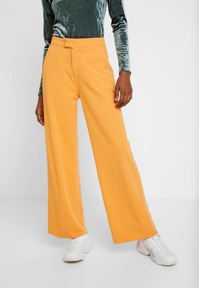RIBEA - Spodnie materiałowe - buckskin