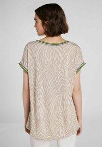 Oui - IM ANGESAGTEM  - Print T-shirt - light grey green - 2