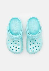 Crocs - CLASSIC GLITTER - Sandały kąpielowe - ice blue - 3