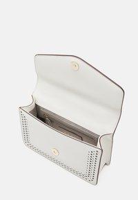 DKNY - ELISSA SHOULDER FLAP - Taška spříčným popruhem - white/gold-coloured - 2