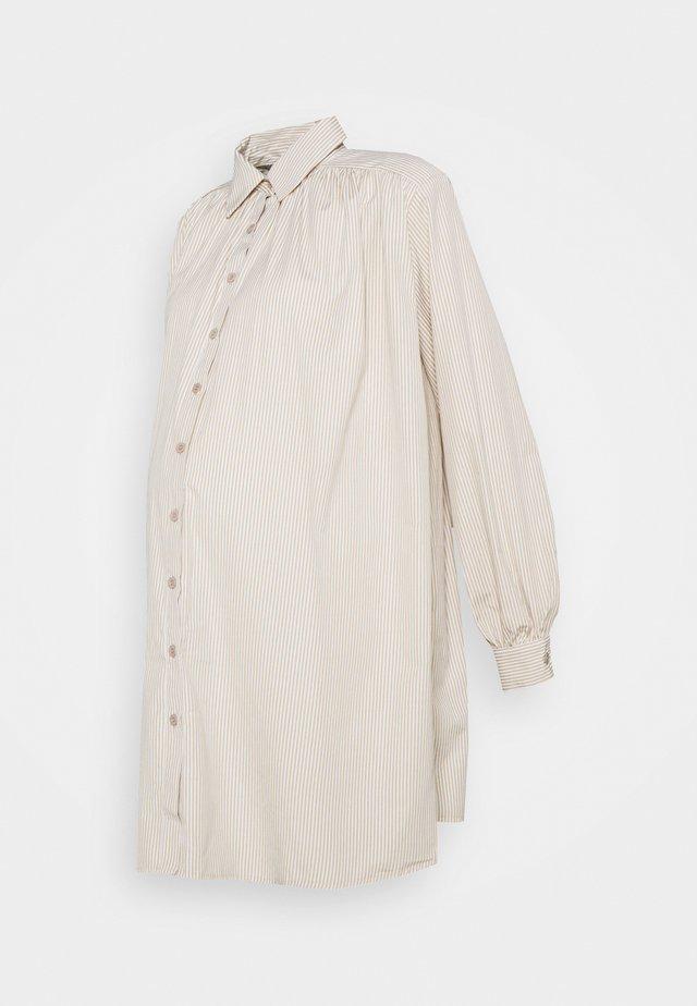 MATERNITY IT PLEATED DRESS - Žerzejové šaty - sand