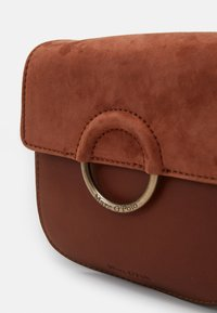 Marc O'Polo - CROSSBODY BAG - Across body bag - authentic cognac - 3