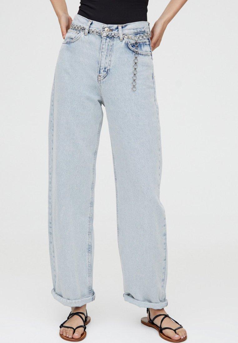 PULL&BEAR - MIT HOHEM BUND - Jeans a zampa - light blue