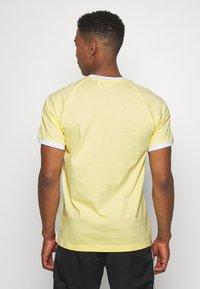 adidas Originals - 3 STRIPES TEE UNISEX - Print T-shirt - yellow - 2