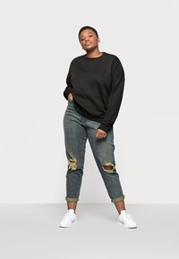 Missguided Plus - DISTRESSED TURN UP - Relaxed fit jeans - blue - 1