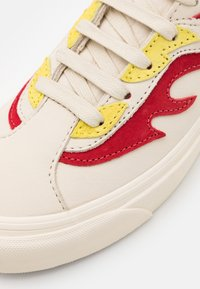 Vans - BOLD UNISEX - Trainers - antique white/red - 5