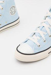 Converse - CHUCK TAYLOR ALL STAR UV GLITTER UNISEX - Sneakers hoog - chambray blue/egret/black - 5