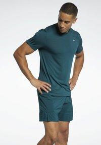 Reebok - RUN ESSENTIALS SPEEDWICK T-SHIRT - Print T-shirt - green - 0