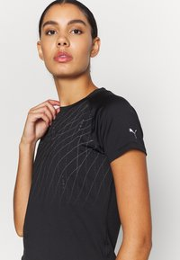 Puma - RUN GRAPHIC TEE - Camiseta estampada - black - 5