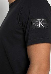 Calvin Klein Jeans - MONOGRAM SLEEVE BADGE TEE - T-shirt basic - black - 4
