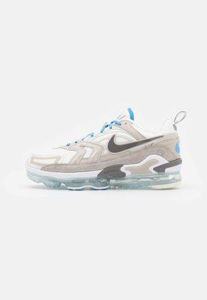 AIR VAPORMAX EVO SE - Sneakersy niskie - sail/cave stone/cream/light bone/university blue/college grey