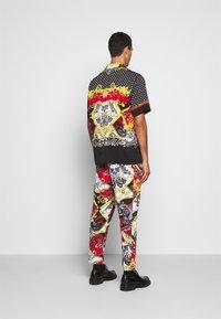 Versace Jeans Couture - BELT PAISLEY - Camisa - black - 2