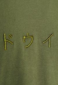 Edwin - KATAKANA EMBROIDERY - Print T-shirt - martini olive - 2