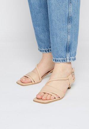 BALI - Sandaalit nilkkaremmillä - nude
