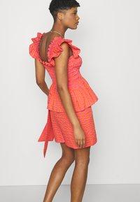 Never Fully Dressed - GINGHAM MINI JASPRE - Zavinovací sukně - orange - 3