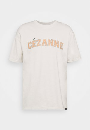 CEZANNE VARSITY ARTS - T-shirt med print - washed sand