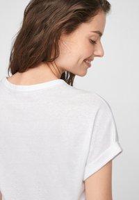 s.Oliver - Print T-shirt - white statement print gold - 6