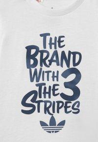 adidas Originals - UNISEX - Camiseta estampada - white - 2