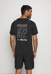 Nike Performance - RISE - Print T-shirt - black/sail - 2