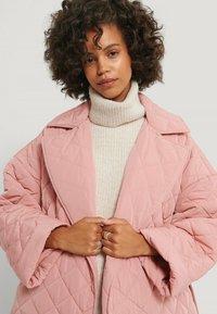NA-KD - Klasyczny płaszcz - dusty pink - 3
