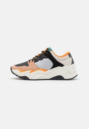 Sneakers laag - black/light grey/silver pine/orange