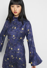 Never Fully Dressed Petite - HIGH NECK MINI MOON AND STARS DRESS - Etui-jurk - navy/multi - 3