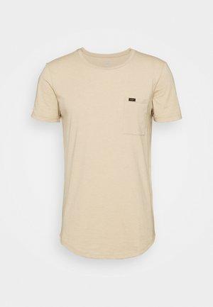 SHAPED POCKET TEE - T-shirts med print - dusty beige